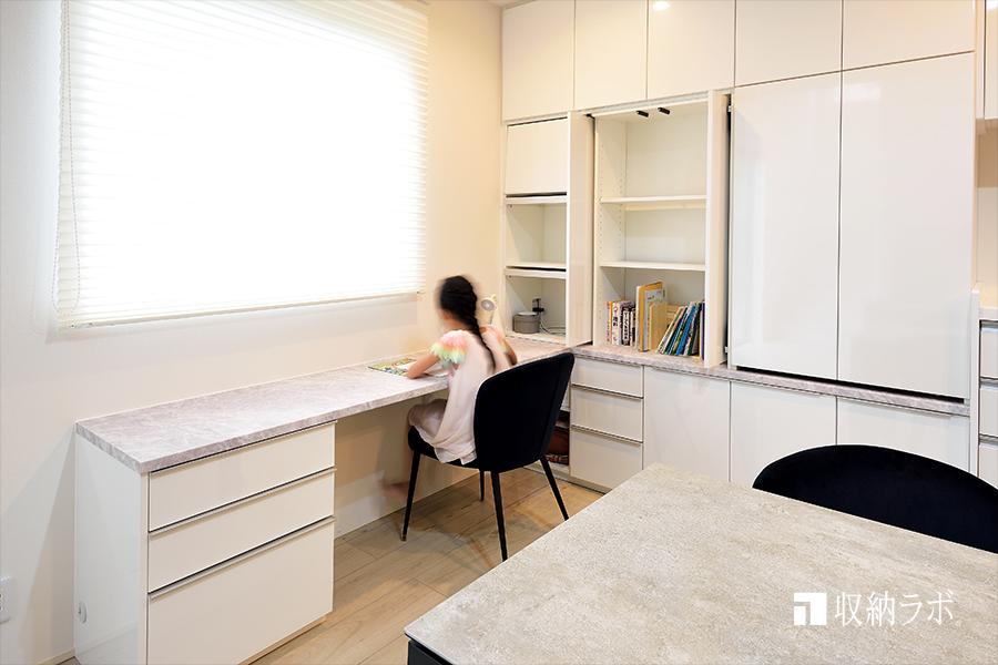 ダインングに子供の勉強スペースを確保。