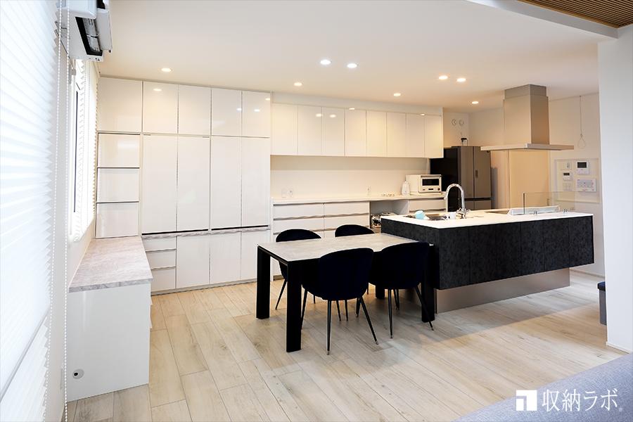 既存のキッチンの食器棚とも一体になったデスク付き壁面収納。