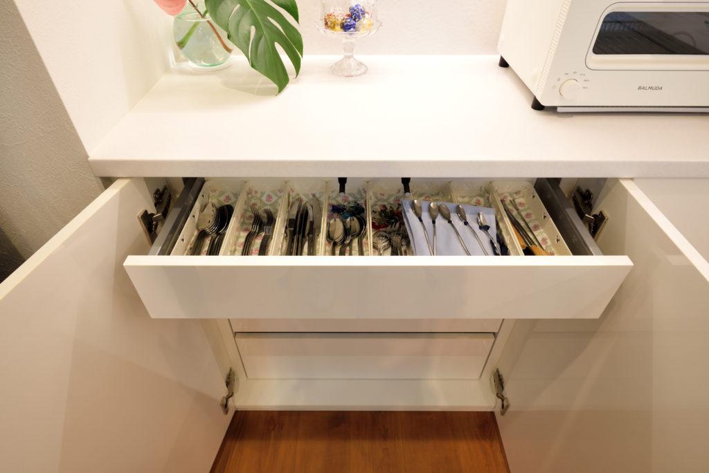 オーダーメイドの食器棚の引き出しには、カトラリーを分類して収納。