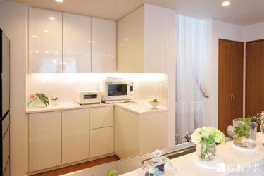 すべてを隠せてフラットな印象にこだわった、白い食器棚。