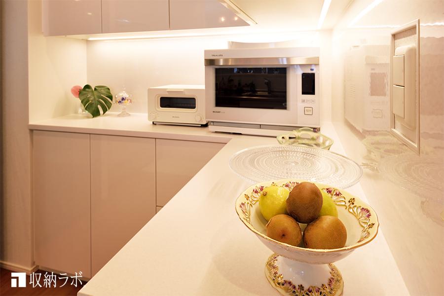 LED照明の効果で、キッチンのインテリアを演出するオーダーメイドの食器棚。