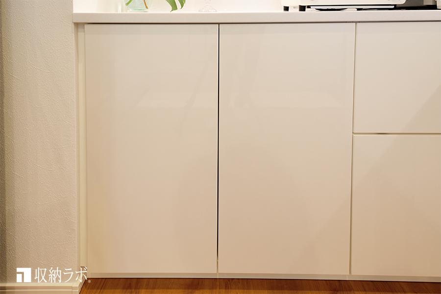 扉を閉めると、すっきりとした印象になる食器棚。