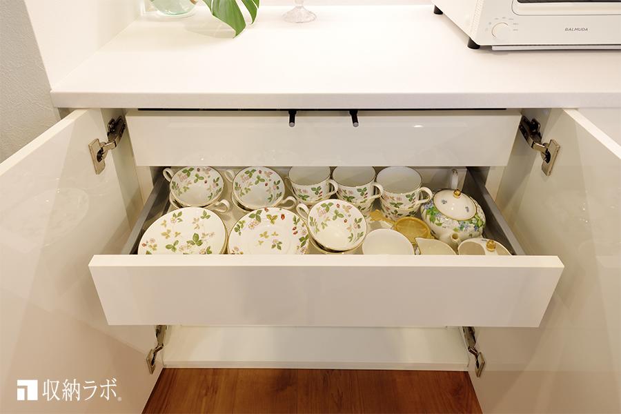 カップ&ソーサーは食器棚の引き出しに収納。
