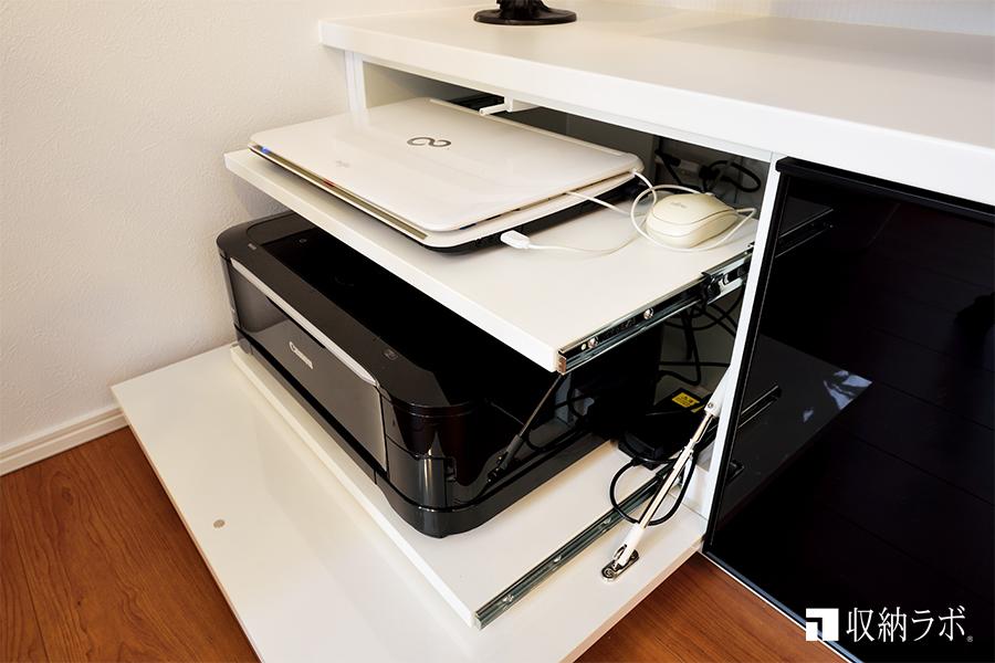 ノートパソコンも、スライド棚を使って機能的に収納