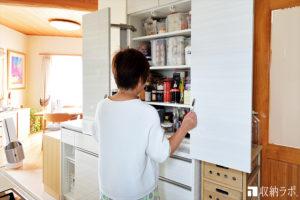 キッチンの収納と使いやすさを改善した、オーダーメイドのパントリー。