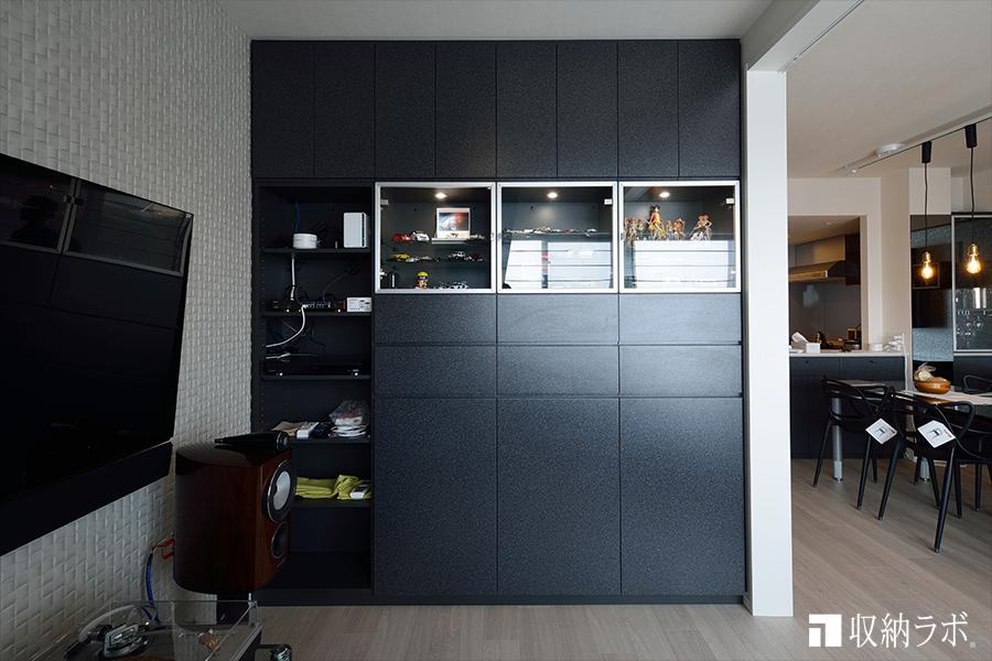 LDKに作った趣味のコレクションを収納するオーダーメイドの壁面収納。