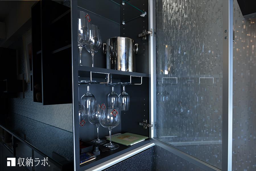 デッドスペースを活用して、ワイングラスを収納するスペースに