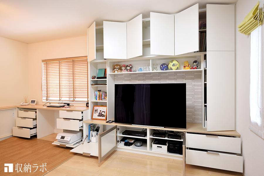 収納と利便性の両方を叶えた、デスクスペースを組み込んだオーダー家具