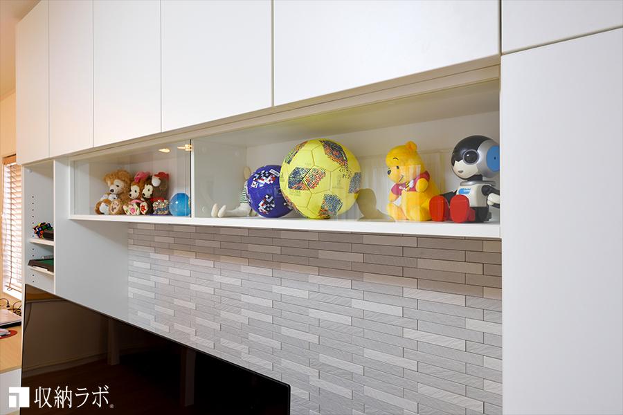 インテリアを楽しむために、飾り棚とエコカラットを取り入れたオーダー家具の壁面収納