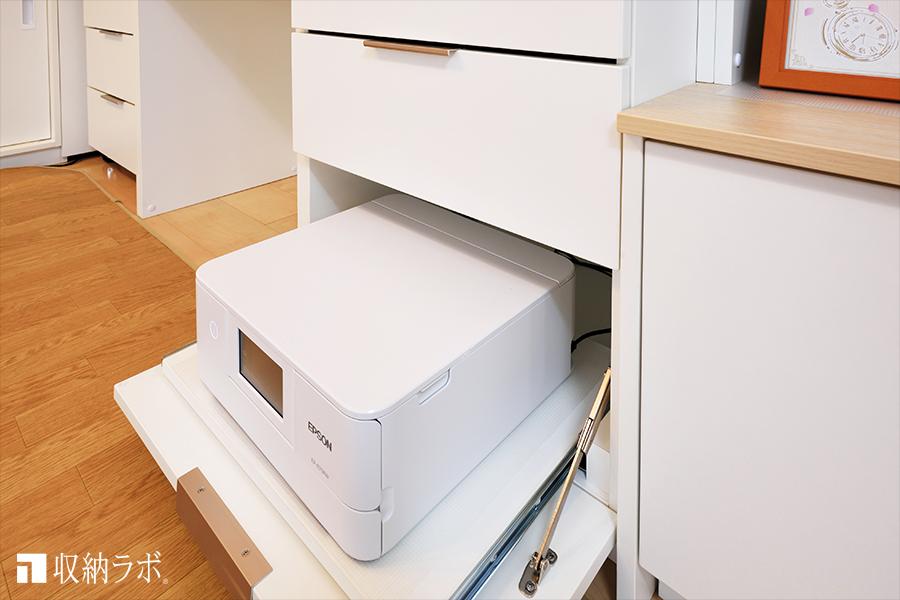 オーダー家具のデスクスペースにはプリンターを収納。利便性に配慮して、スライド棚を使って収納。