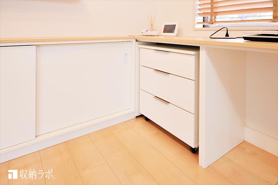 オーダー家具のデスクスペースに取り入れた、移動ができるキャスター付きサイドキャビネット