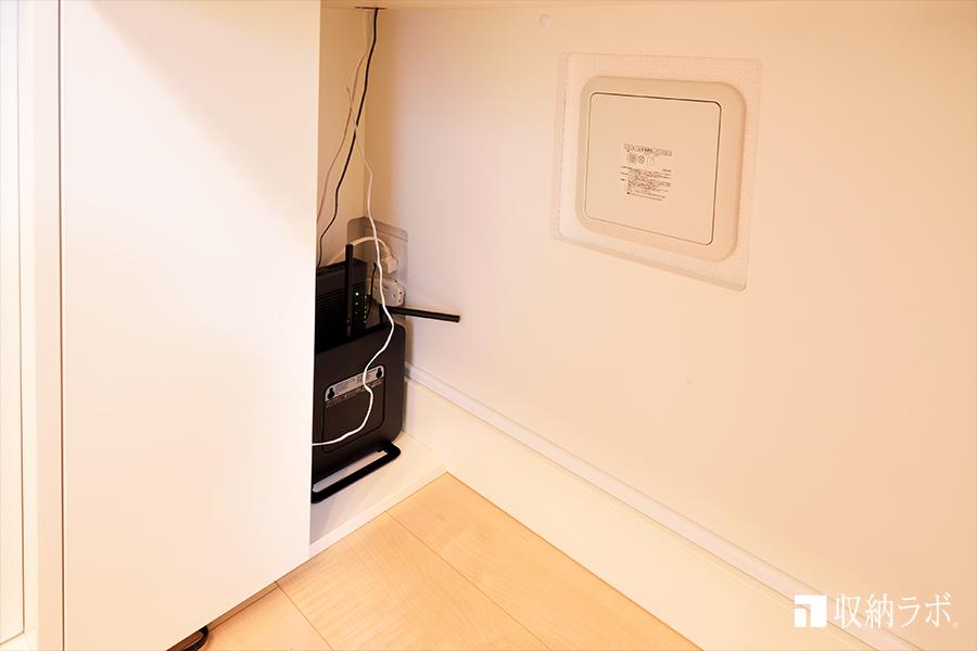 片側の扉は、配線を隠すため