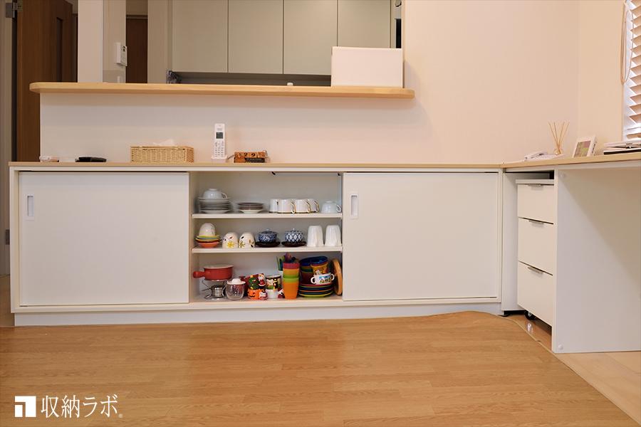 オーダー家具のカウンター下収納には、食器類や薬、書類、書籍などを収納。その2