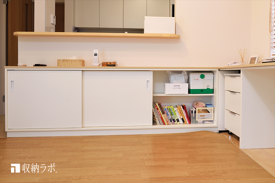 オーダー家具のカウンター下収納には、食器類や薬、書類、書籍などを収納。その3