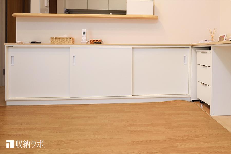 オーダー家具のカウンター下収納には、食器類や薬、書類、書籍などを収納。その1