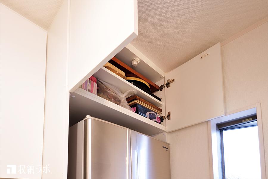 デットスペースになりがちな、冷蔵庫の上に作った収納スペース。