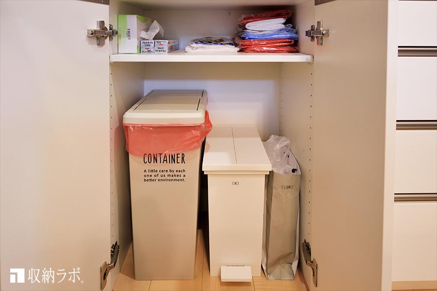 使っていない時には、扉ですっきり隠せるゴミ箱収納。