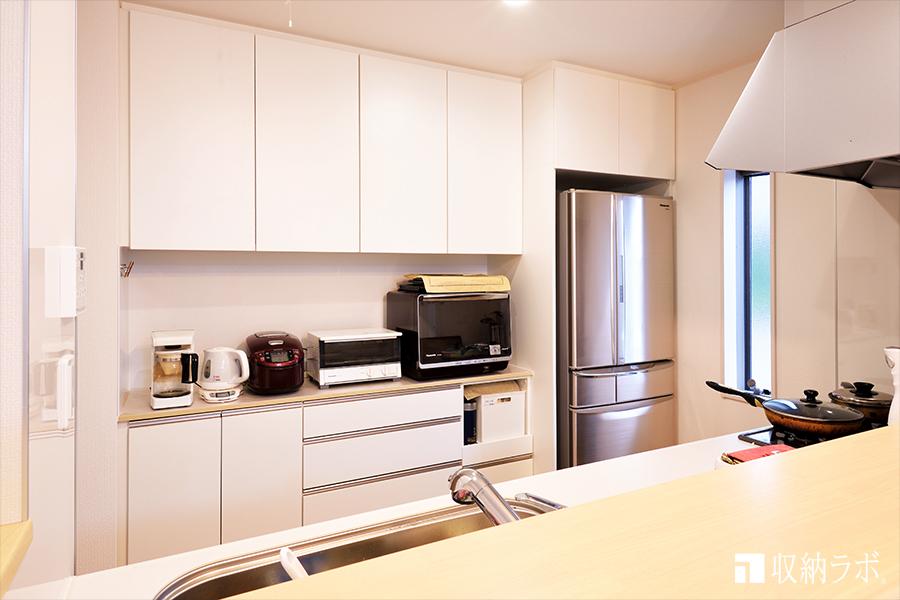 扉を閉めると、フラットな印象のオーダー家具の食器棚。