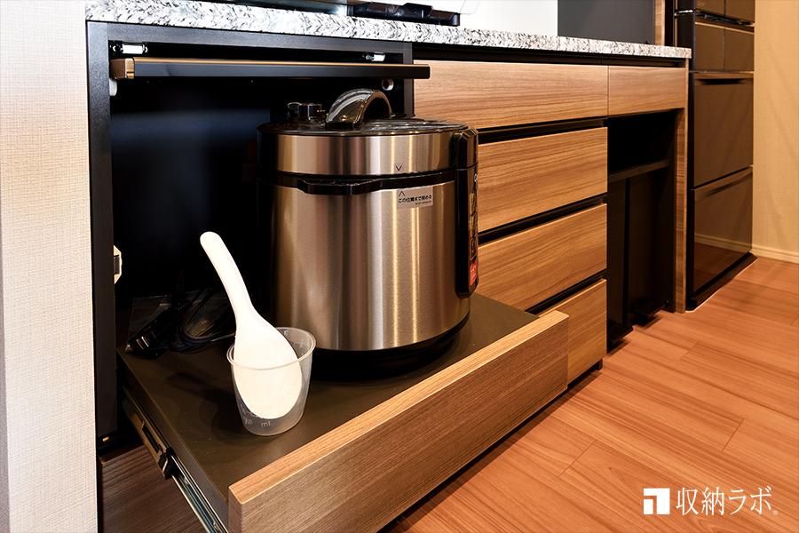 炊飯器を機能的に収納。