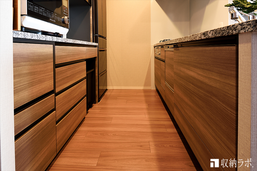 オーダーメイドした食器棚は、既存のシステムキッチンと同じ素材。