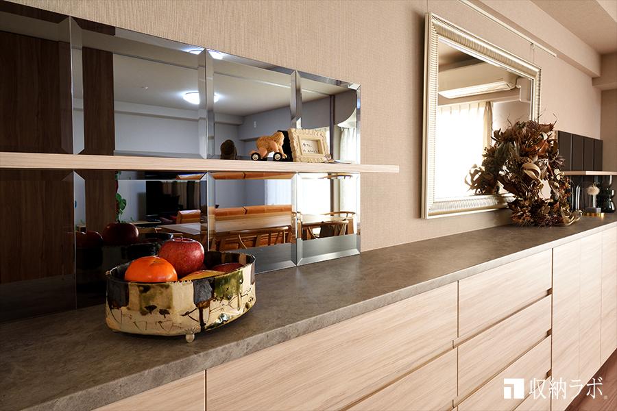 鏡と棚板を組み合わせた飾り棚。