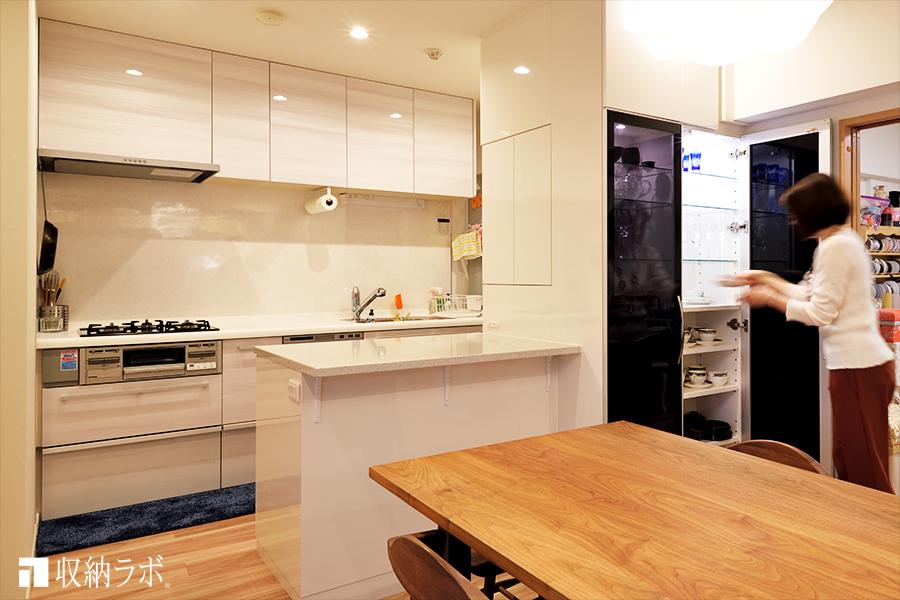 キッチンカウンターと一体になったオーダーメイドの食器棚で、キッチンをリフォーム。