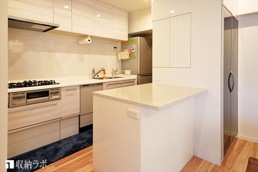 3方向から使える、キッチンカウンターと一体になったオーダーメイドの食器棚