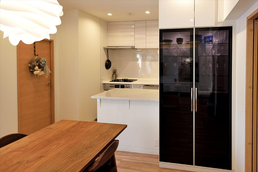 オーダーメイドの食器棚のダイニング側は、ガラスや食器を収納するスペース