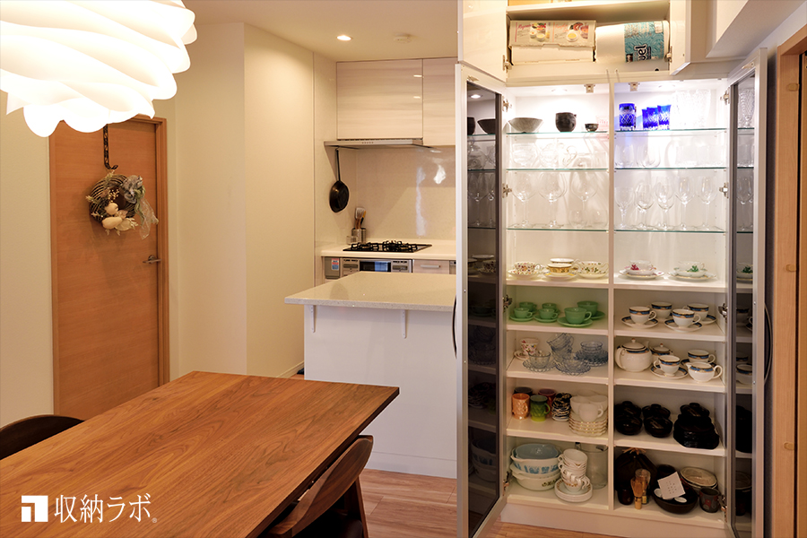 照明を組み込んだ、オーダーメイドの食器棚。