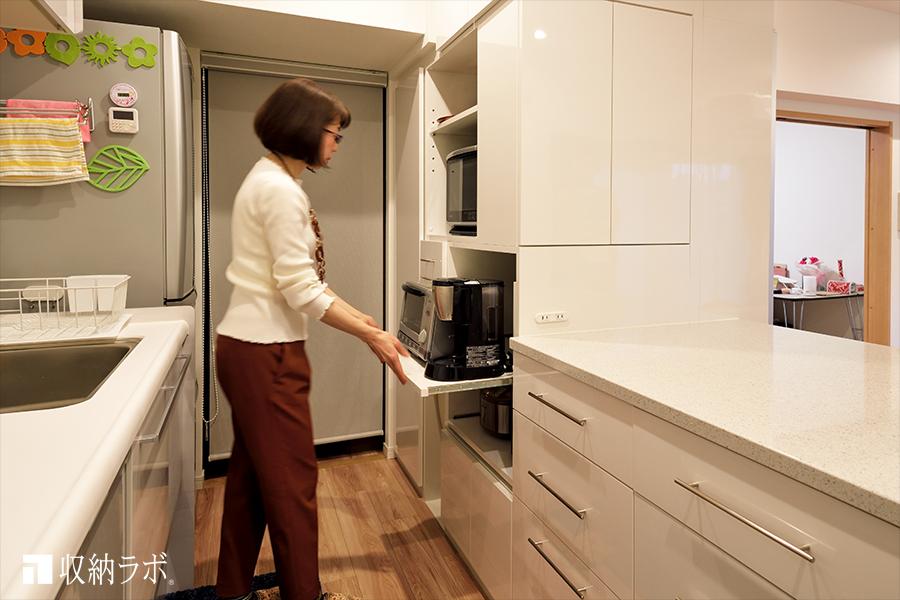 オーダーメイドの食器棚には、調理科家電を機能的に収納。