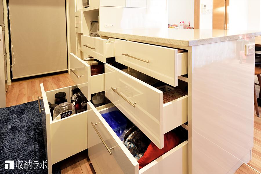 収納するもののサイズや用途に合わせて、設計されたオーダーメイドの食器棚の引き出し。