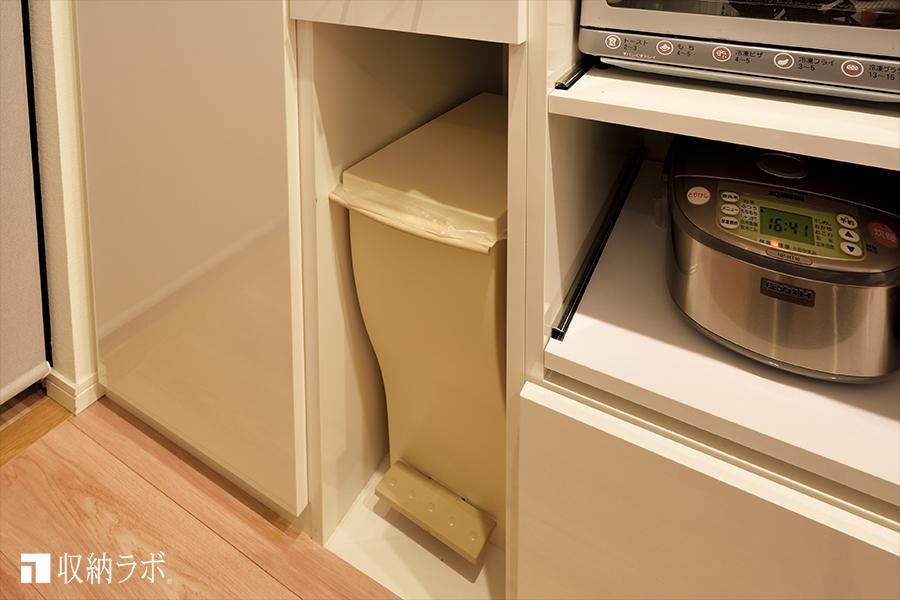 オーダーメイドの食器棚のゴミ箱収納。