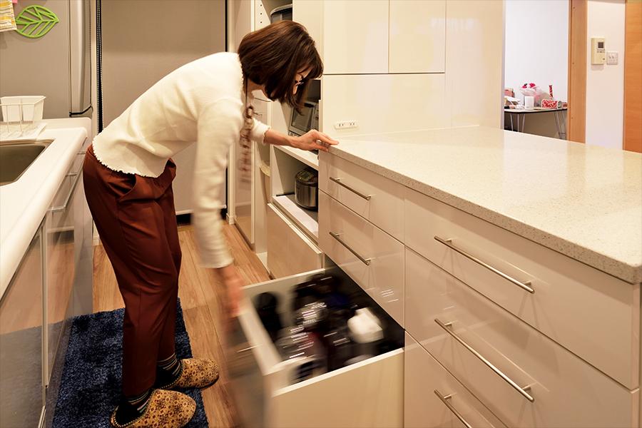 キッチンカウンターの引き出し収納は機能的。