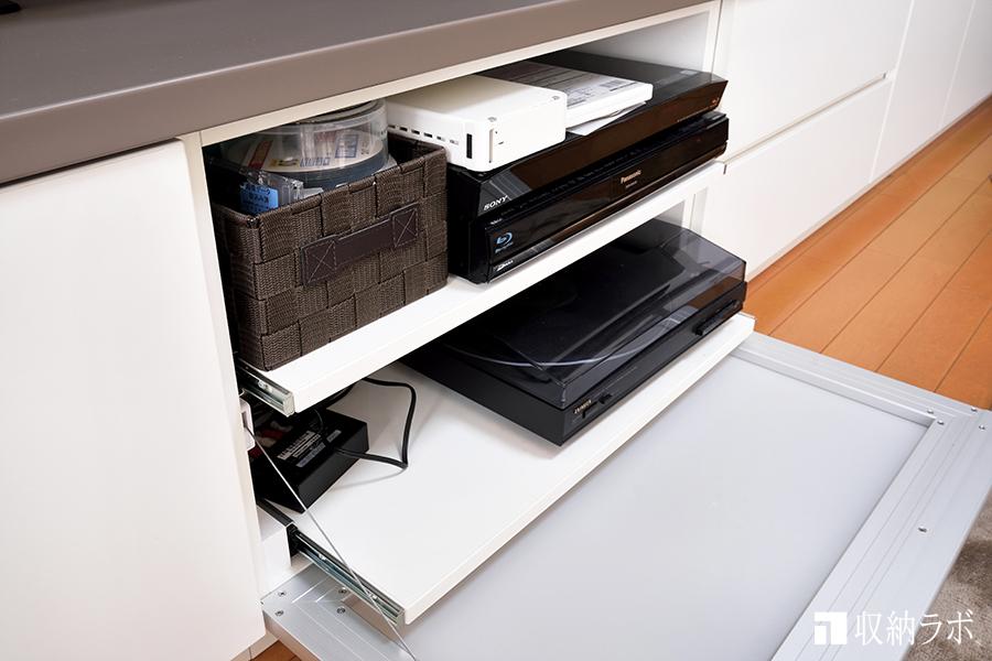壁面収納のAV機器を収納スペースは、スライド棚で手前に引き出せるのも便利。