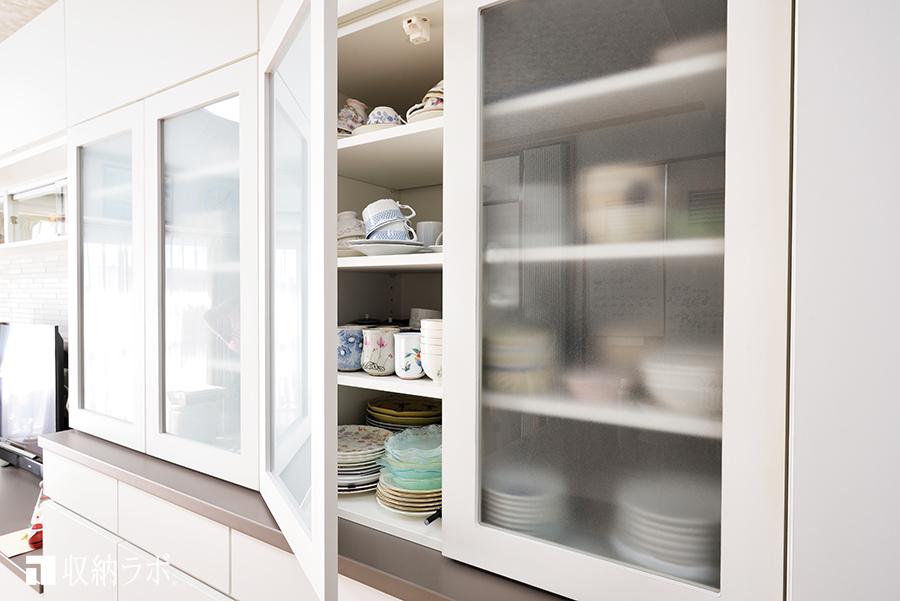 オーダーメイドの食器棚の扉は、半透明のガラスを採用。