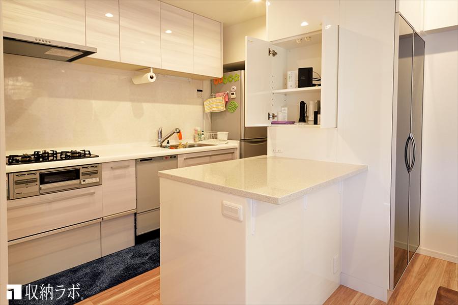 キッチンカウンター側にも収納スペースを設計。