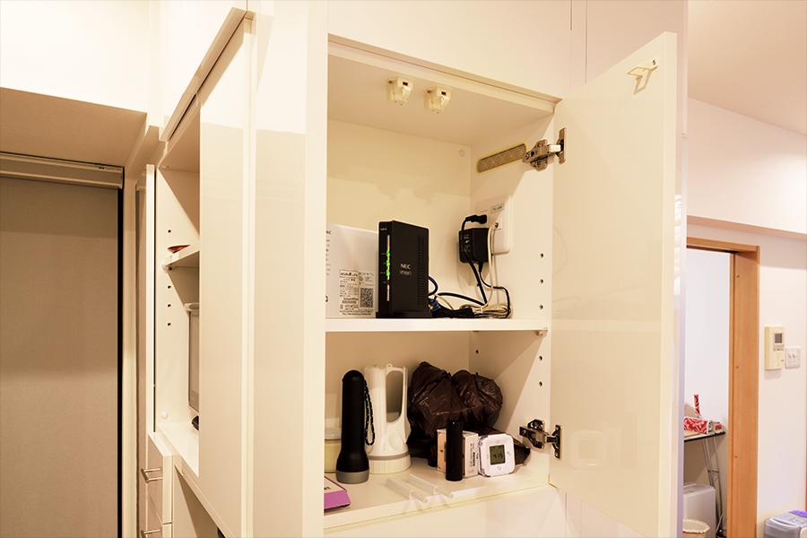 多目的に使える、キッチンカウンター側に作った収納スペース。
