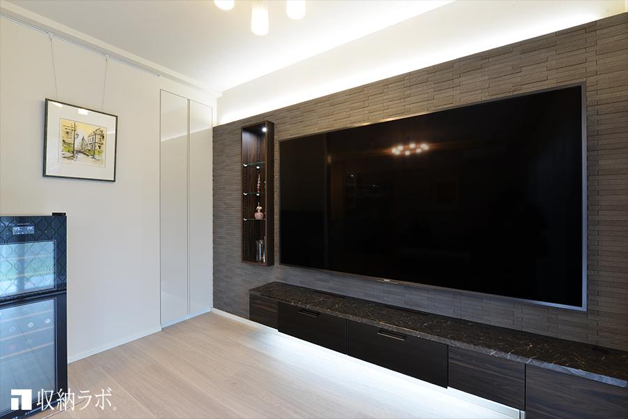配線を隠して、すっきりとした印象のリビングダイニングを実現したオーダー家具。