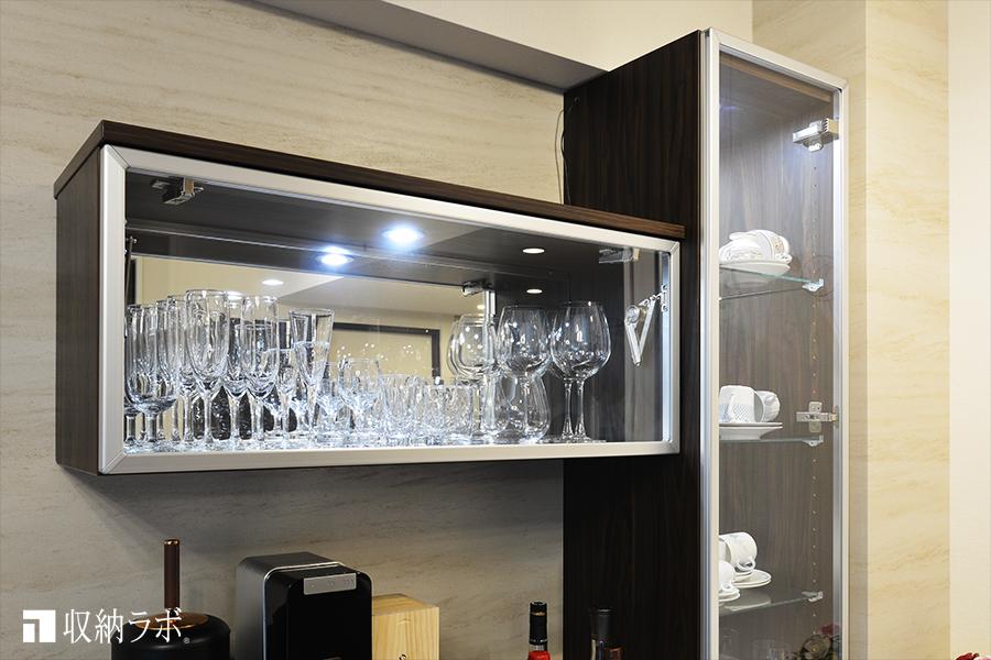 グラスやカップをディスプレイするための飾り棚。