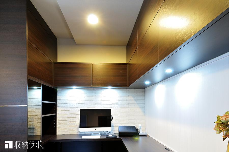 手元の明るさを確保するために、吊り戸棚の下に組み込んだダウンライト。