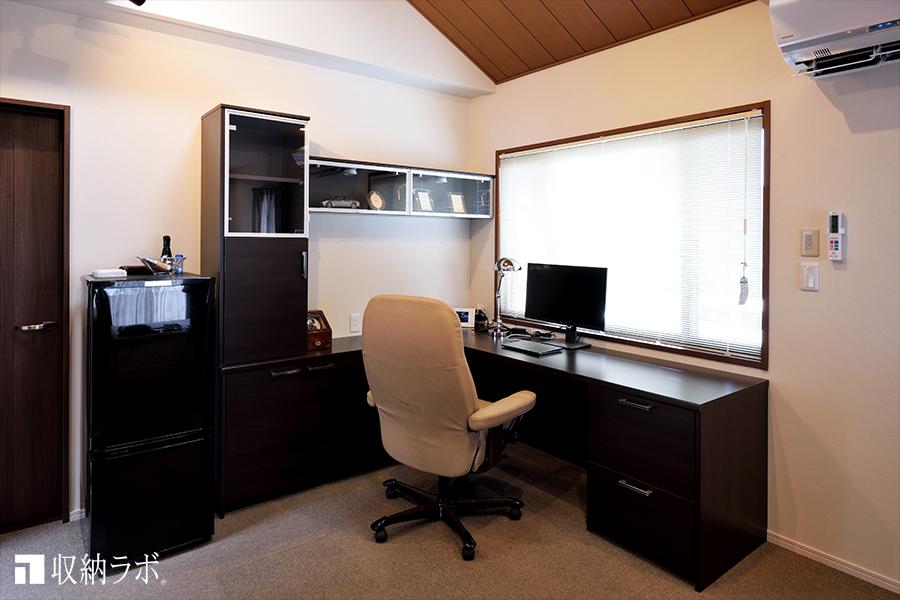 オーダーメイドのワークデスクで、プライベートルームとしても居心地の良い空間を実現。