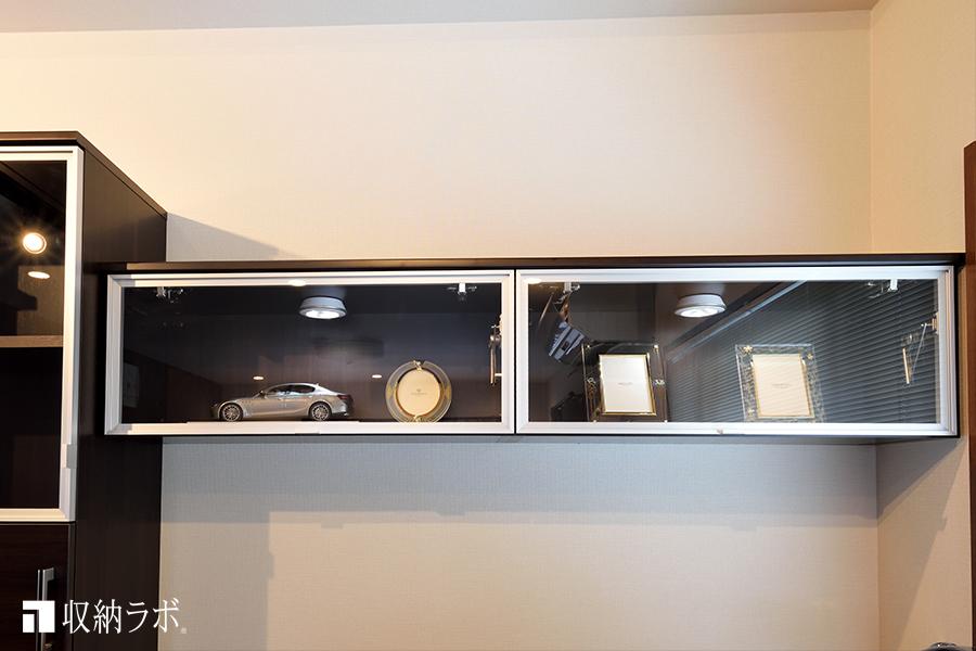 オーダーメイドのワークデスクの飾り棚。