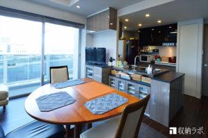 窓が多く壁面の少ない部屋の収納を改善したオーダー家具。