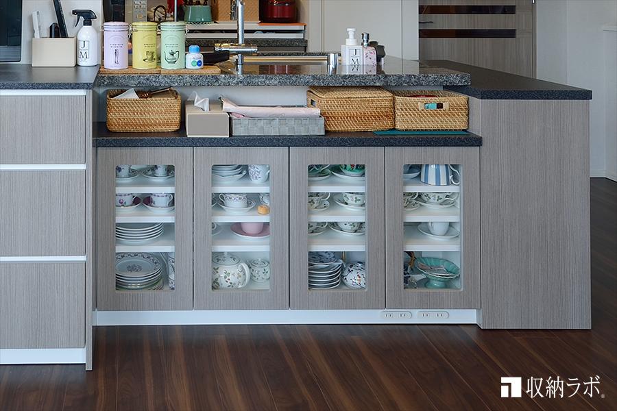 お気に入りの食器を収納するためのカウンター下収納。