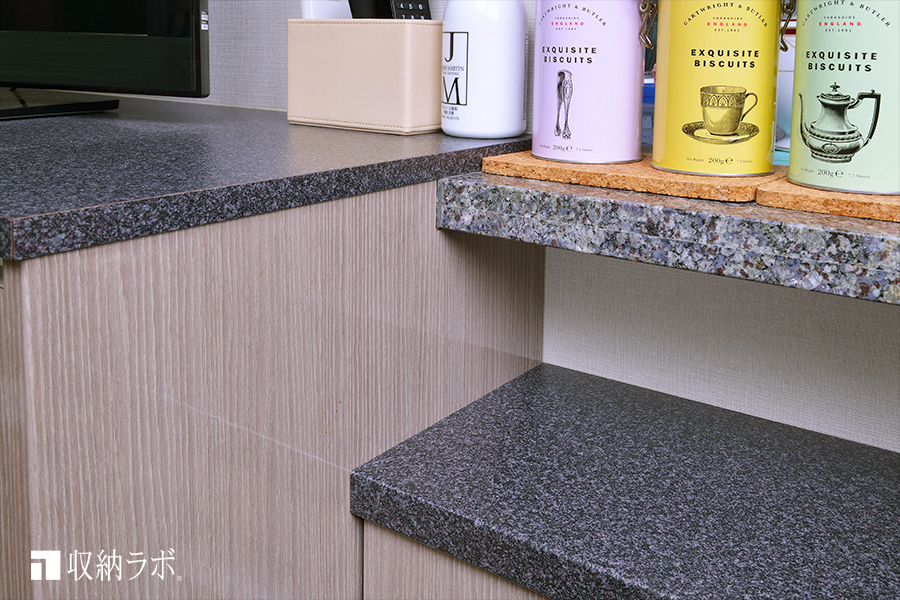 既存のキッチンカウンターの天板をそのままオーダー家具の中に取り込んで設置。