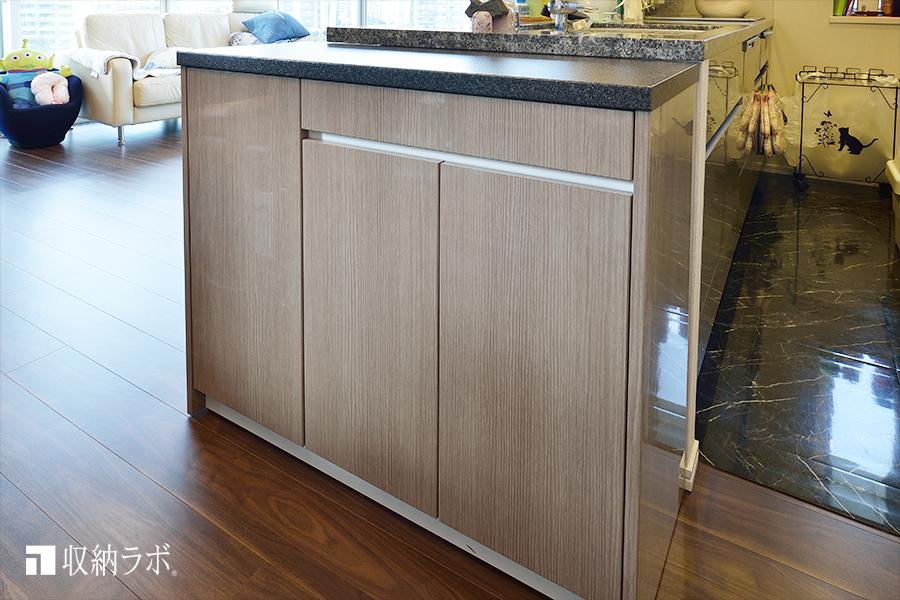 既存のキッチンカウンターの横にも収納スペースを追加。