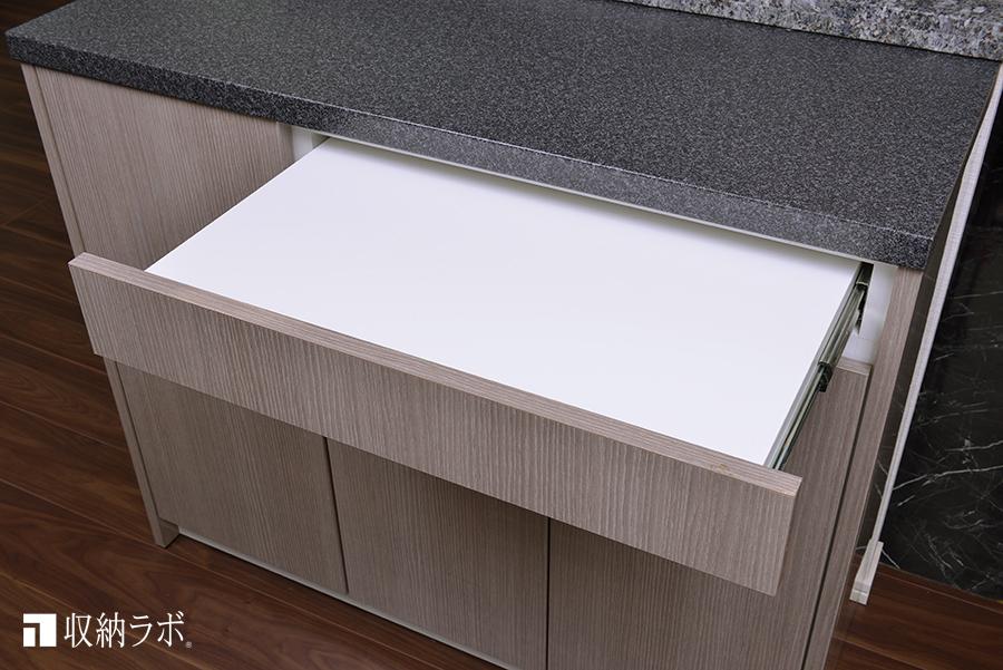 スライド棚の使って作業スペースを確保。