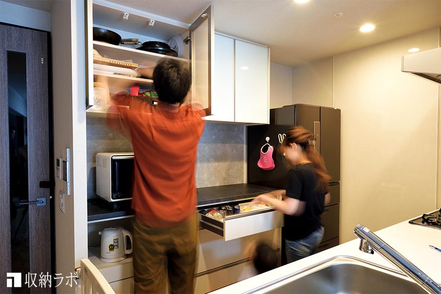 身長差のある夫婦で、使いやすいオーダーメイドの食器棚。