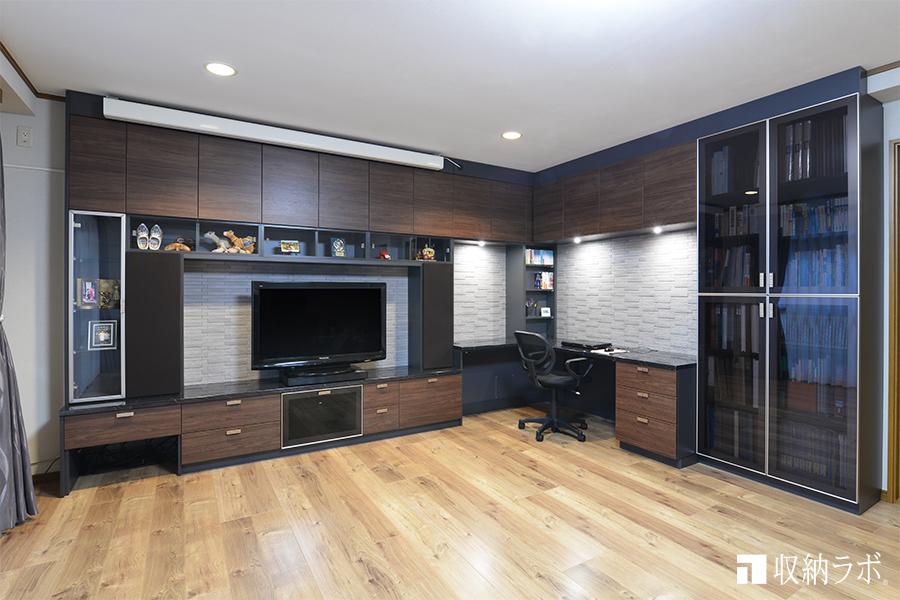 L字の壁面収納に機能的なワークスペースを組み込んだオーダー家具。