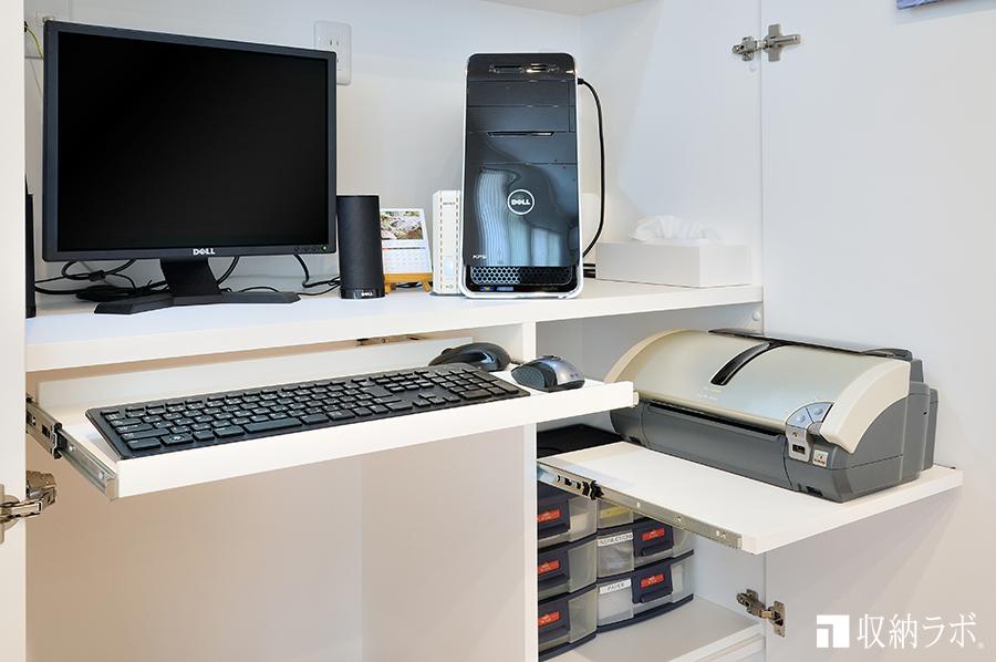 キーボードとプリンターはスライド棚を使って機能的に収納。